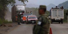 Hallan casi 800 migrantes en cuatro camiones en México