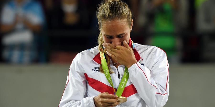 Mónica Puig no pude contener las lágrimas en el podio mientras aprecia la  medalla de oro 3d27c3fdea37b