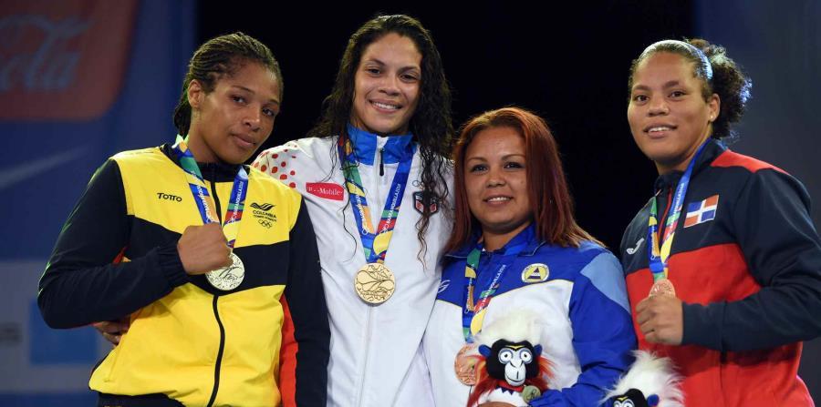Nisa Rodríguez (centro) se impuso por decisión unánime para capturar la medalla de oro. (horizontal-x3)