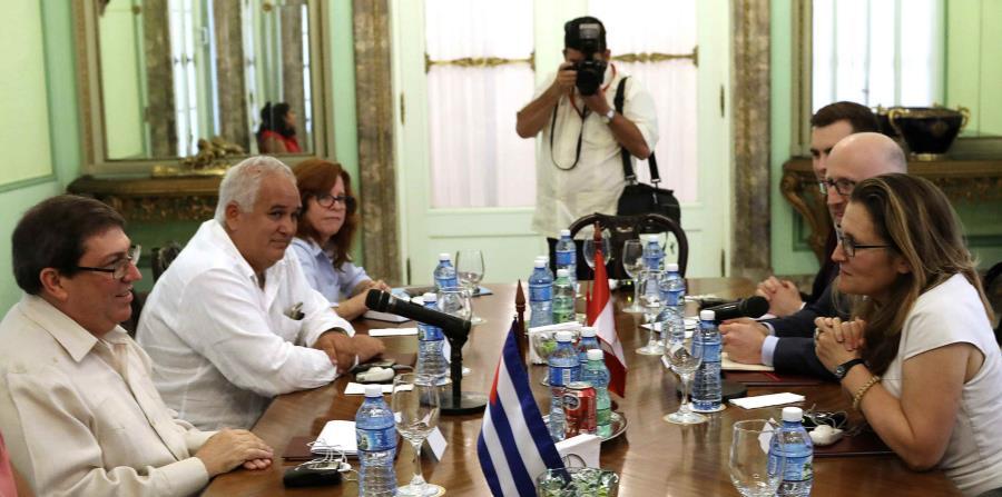El canciller cubano Bruno Rodríguez Parrilla conversa con Chrystia Freeland, ministra de Relaciones Exteriores de Canadá, en La Habana. (Alexandre Meneghini/Pool Photo vía AP) (horizontal-x3)