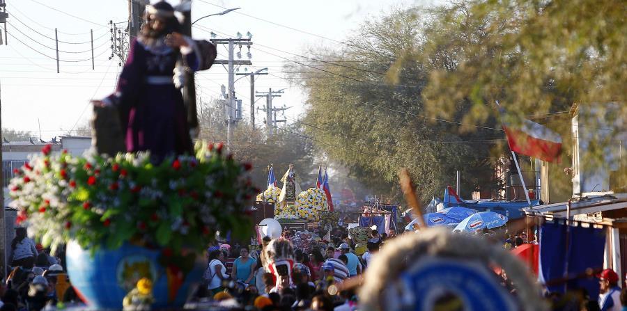 La imagen de la Virgen paseó este domingo por las calles de La Tirana, en la llamada Pampa del Tamarugal. (horizontal-x3)