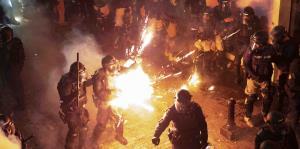 Encontronazo entre policías y manifestantes en quinto día de protestas en contra de Rosselló