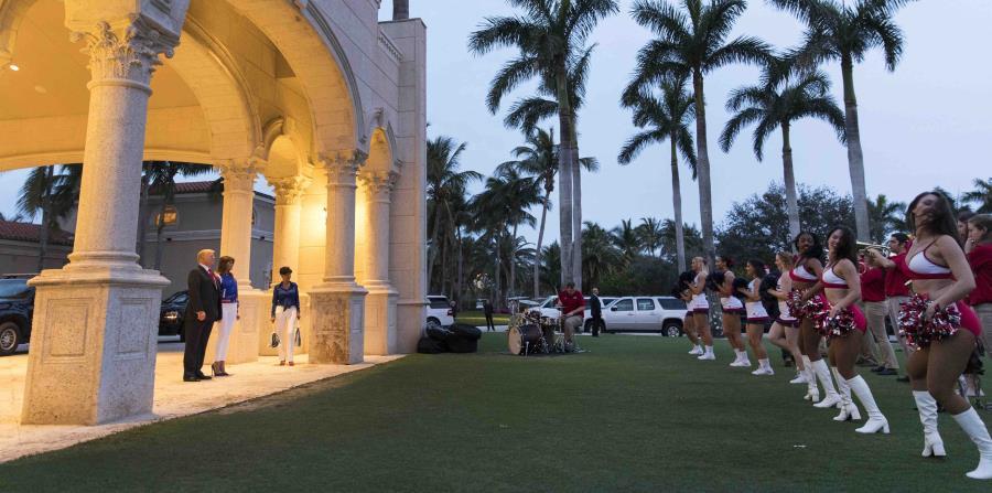 El presidente Donald Trump y la primera dama Melania Trump asisten a una presentación de la Banda Musical y las animadoras de la Universidad Atlantic de Florida en el Club Internacional de Golf Trump en West Palm Beach, Florida (horizontal-x3)