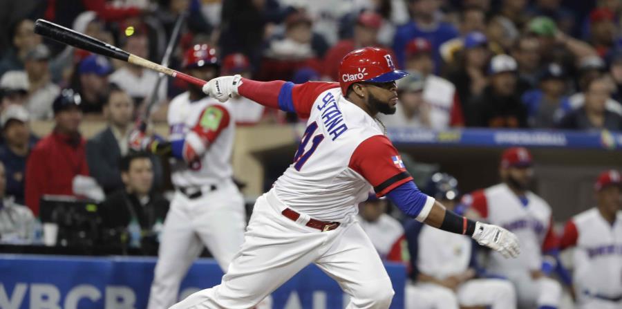 Carlos Santana, de República Dominicana, batea un hit en la segunda entrada del partido ante Estados Unidos en la segunda ronda del Clásico Mundial de Béisbol. (horizontal-x3)