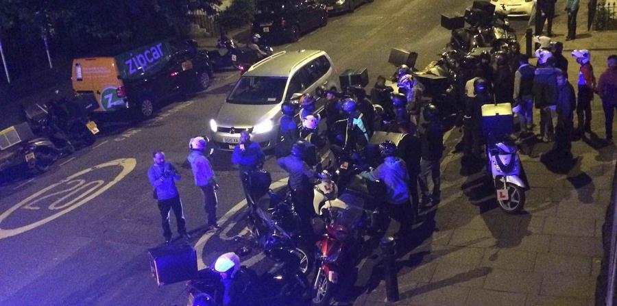 Varios policías acudieron al lugar donde se registró el ataque con ácido. (horizontal-x3)