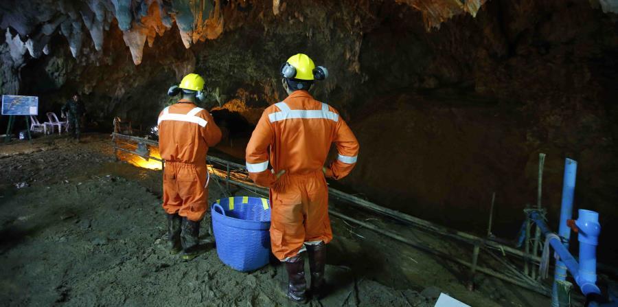 Rescatistas trabajan en la entrada de una cueva en donde 12 niños y su entrenador de fútbol desaparecieron en Mae Sai, provincia de Chiang Rai, Tailanda (horizontal-x3)