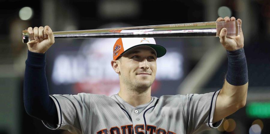 Alex Bregman, de los Astros de Houston, muestra su trofeo del MVP. (AP) (horizontal-x3)