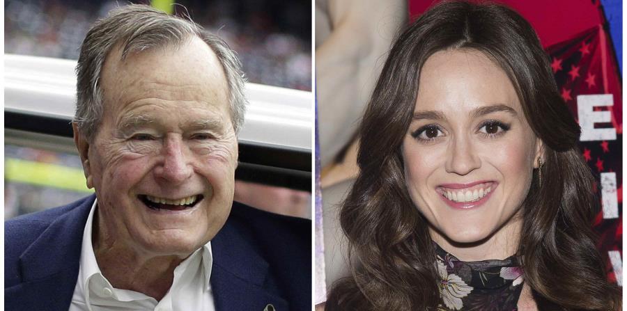 Alega que el expresidente de Estados En esta combinación de dos fotografías, se ve al expresidente y a la actriz Heather Lind, quien también acusó a Bush de tocarle el trasero mientras posaban para una fotografía. (AP)Unidos le agarró los glúteos el año p (horizontal-x3)