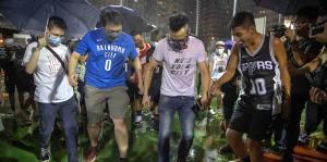Manifestantes en Hong Kong pisotean c...