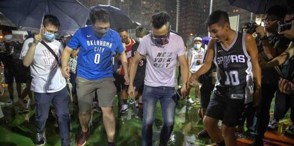 Manifestantes en Hong Kong pisotean camisas de LeBron James