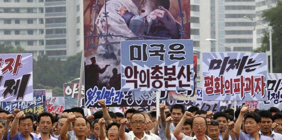 """Fotografía del año pasado, cuando miles de norcoreanos conmemoraron lo que Corea del Norte llamaba """"el día de la lucha contra el imperialismo estadounidense"""". (AP) (horizontal-x3)"""