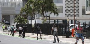 Puertorriqueños llegan al Condado para ejercitarse tras autorización del gobierno