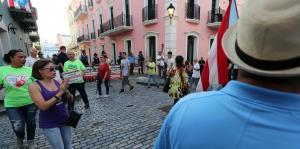 Manifestantes protestan en La Fortaleza por el cierre de escuelas