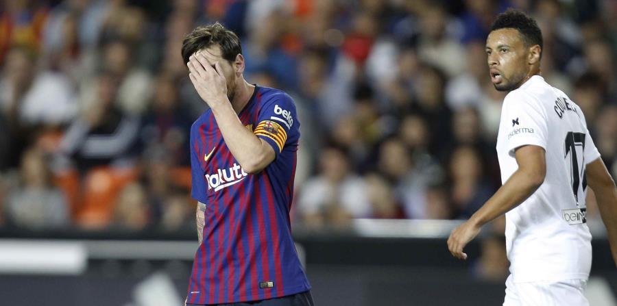 El argentino Lionel Messi, del Barcelona, se lamenta tras errar un tiro ante el Valencia. (AP / Alberto Sáiz) (horizontal-x3)
