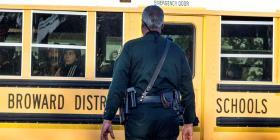 Gobernador de Florida convierte en ley medida que permite a maestros portar armas en los salones