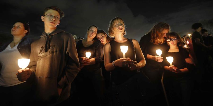 Gente participa en una vigilia en memoria de 17 estudiantes y maestros abatidos en la escuela secundaria Marjory Stoneman Douglas en Parkland, Florida, 19 de febrero de 2018 (horizontal-x3)