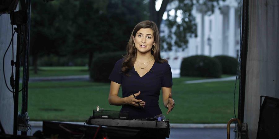 La corresponsal de la CNNKaitlan Collins habla durante una transmisión en vivo. (horizontal-x3)
