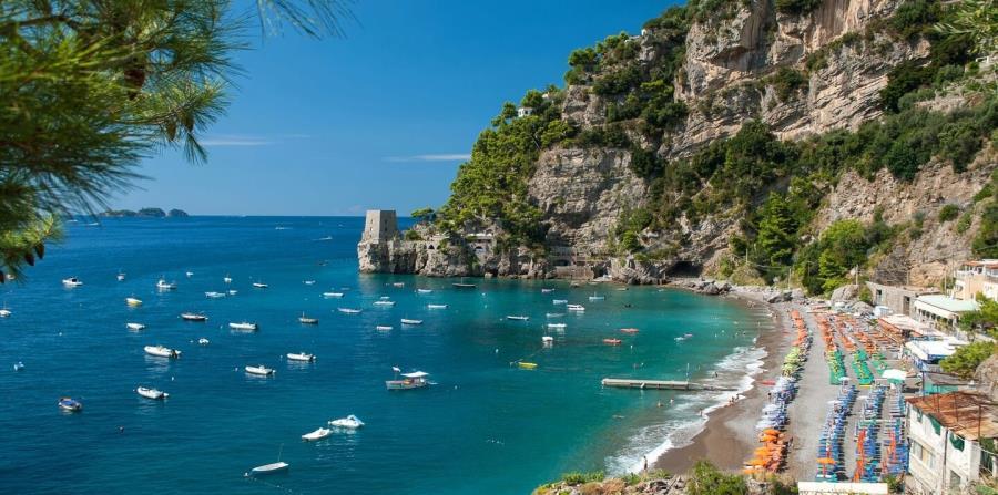 Vista panorámica de  Spiaggia Fornillo, una de las hermosas playas en Positano, uno de los pueblos más pintorescos de la Costa Amalfitana. (Suministrada)