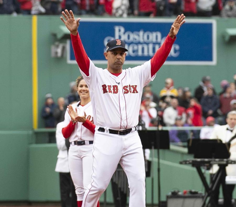 El dirigente boricua de los Red Sox, Alex Cora saluda al público antes de recibir la sortija de campeón. (semisquare-x3)