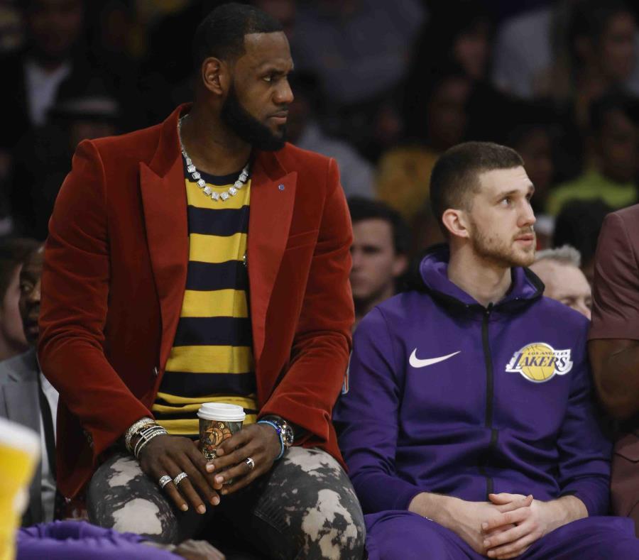 Vestido en ropa casual tras una lesión en la ingle, LeBron James observa desde la banca la primera mitad del partido entre los Lakers de Los Ángeles y los Kings de Sacramento, durante el día de su cumpleaños. (AP) (semisquare-x3)