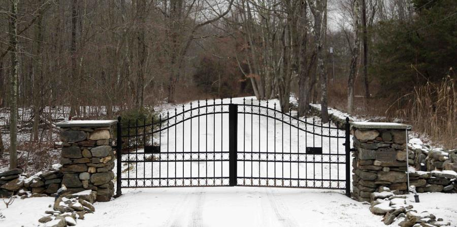Portón de ingreso a un coto de caza de una localidad rural del estado de Nueva York donde los hijos de Donald Trump estarían haciendo tiro al blanco (horizontal-x3)