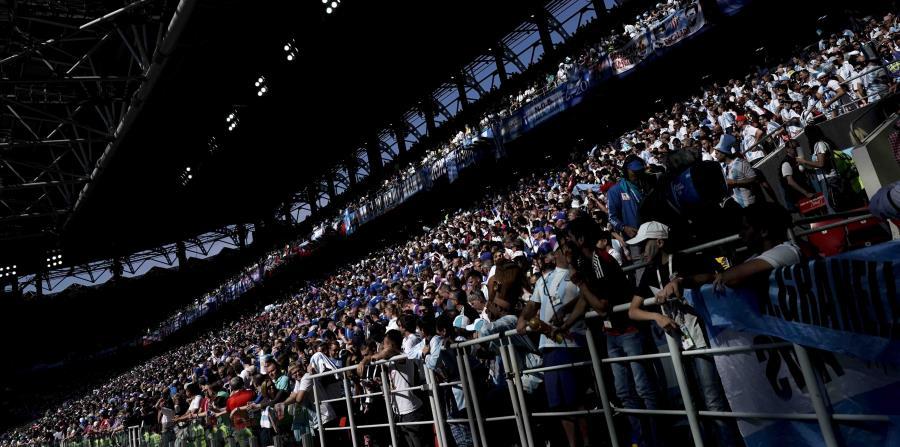 Hinchas en la tribuna del estadio Spartak de Moscú previo al partido entre Argentina-Islandia por el Mundial, el sábado 16 de junio de 2018. (AP) (horizontal-x3)