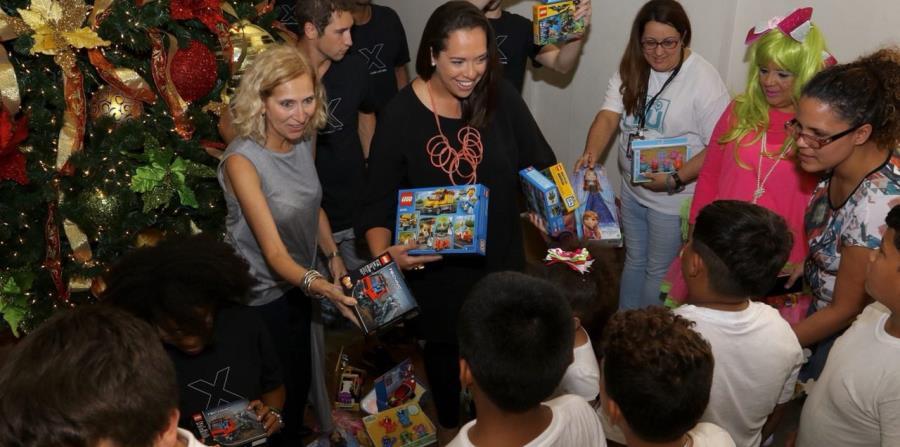 Los niños reciben sus regalos en la Compañía de Turismo (horizontal-x3)