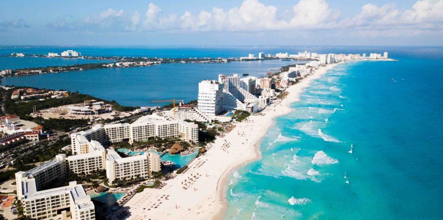 Con su centenar de hoteles, playas cristalinas y atracciones arqueológicas a corta distancia, Cancún atrae a millones de turistas cada año. (horizontal-x3)