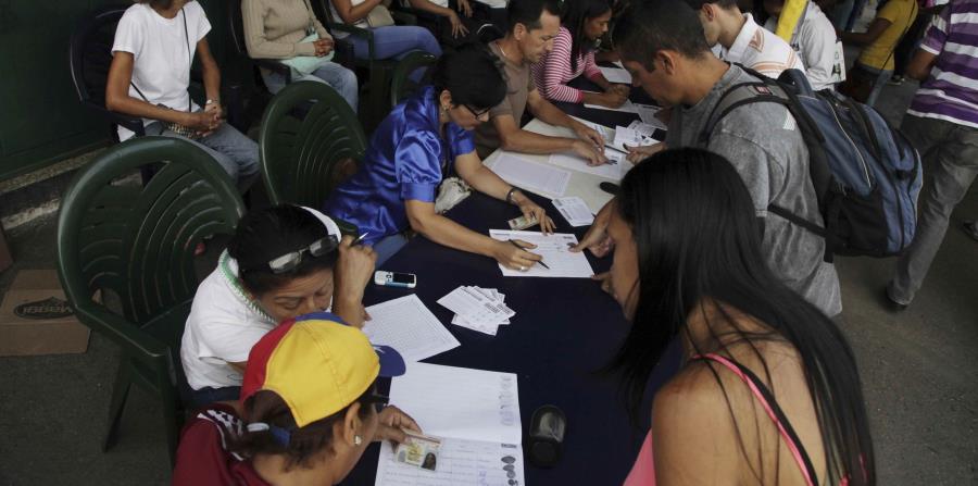 con el 95% de las actas de votación escrutadas, 7,186.170 votaron contra Maduro en la consulta. (horizontal-x3)
