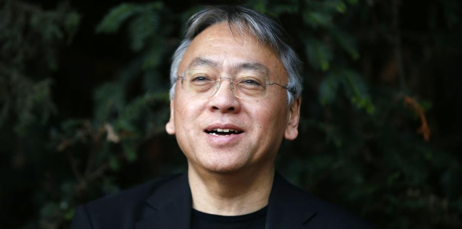 El novelista británico Kazuo Ishiguro durante una conferencia de prensa en su casa de Londres (AP). (horizontal-x3)