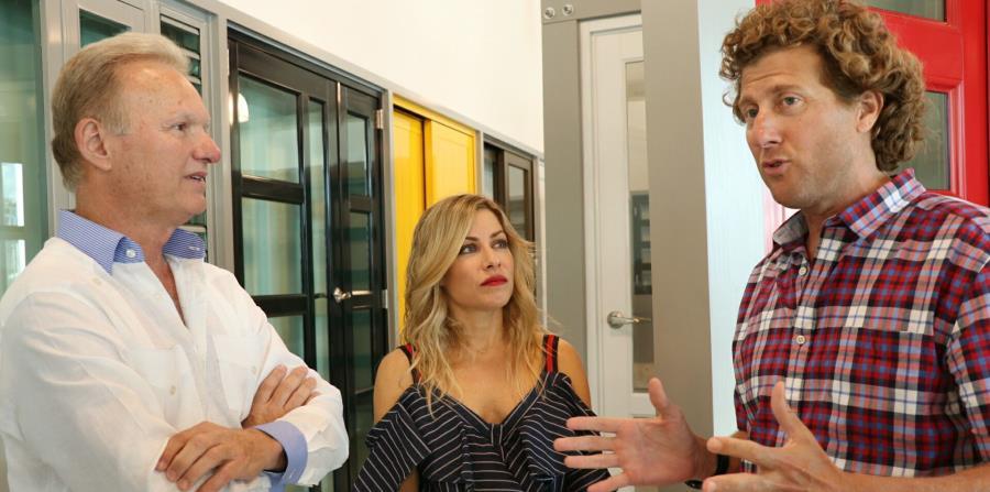 El alcalde de Bayamón, Ramón Luis Rivera, conversa con personal de Air Master. (Suministrada) (horizontal-x3)
