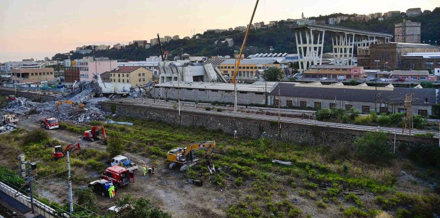 Elementos del cuerpo de bomberos retiran escombros del colapsado puente Morandi en Génova, Italia, el jueves 16 de agosto de 2018, como parte de las labores de búsqueda de las personas que continúan en calidad de desaparecidas. (horizontal-x3)