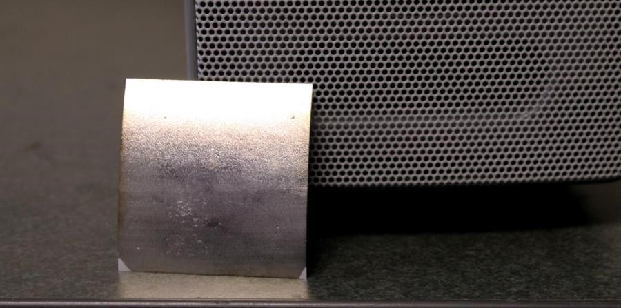El altavoz puede generar la energía mecánica necesaria para hacer vibrar la fina lámina y convertirla así en un altavoz. (horizontal-x3)