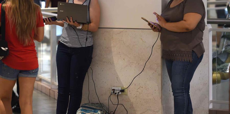 Tras el paso del huracán Irma, muchos consumidores acudieron a Plaza Las Américas a recargar sus teléfonos y pasar el rato. (horizontal-x3)