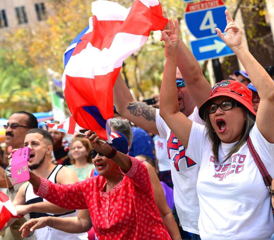 Cientos asistieron al desfile en donde participaron tres bandas musicales. (semisquare-x3)