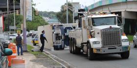 Un camión cae en un risco en Morovis tras volcarse