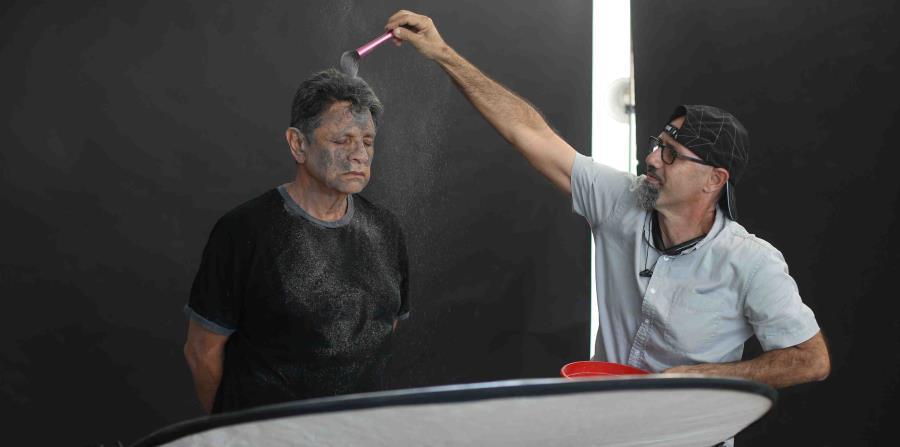 Artistas se bañan con cenizas para unirse a la lucha en Peñuelas (horizontal-x3)