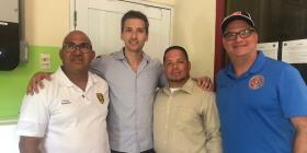 El hermano de Scarlett Johansson dona placas solares para la estación de bomberos de Culebra