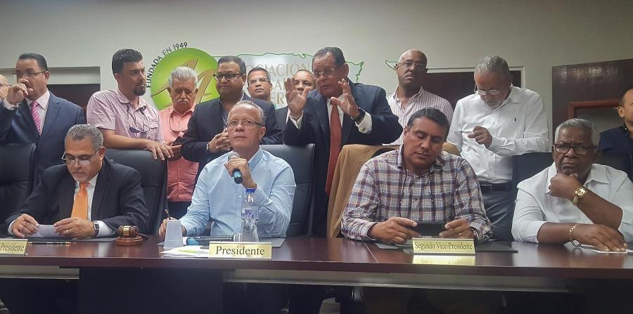 Los alcaldes afiliados al Partido Popular Democrático anunciaron la protesta en una conferencia de prensa en la que recordaron que hay ciudadanos que llevan mas de 100 días sin el servicio de energía eléctrica. (horizontal-x3)