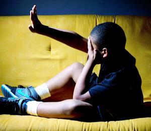 Un hombre enfrenta cargos por agredir a su hijo de cinco años por no escribir bien una letra