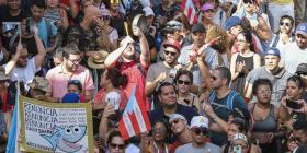 Miembros de la comunidad LGBTTQ+ protestan contra Rosselló