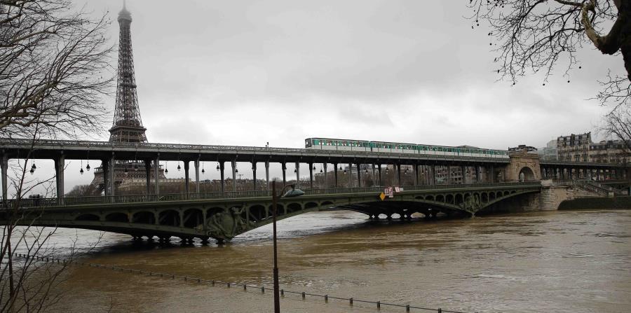 El río Sena alcanzó más de 18 pies en el puente de Austerlitz. (horizontal-x3)