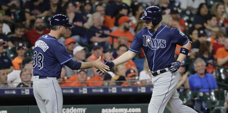 El jugador de los Rays de Tampa Bay C.J. Cron, a la derecha, es felicitado por el tercera base Matt Quatraro (33) tras pegar un jonrón contra los Astros de Houston en el segundo inning de su juego de béisbol, (horizontal-x3)