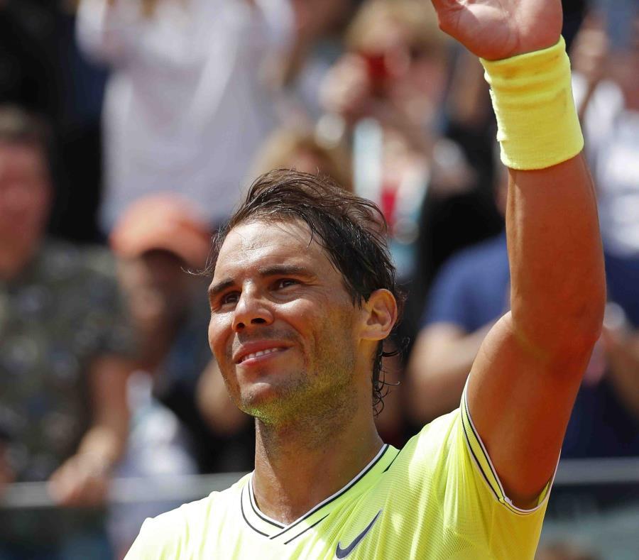 El español Rafael Nadal celebra tras ganar su partido en la segunda ronda del Abierto de Francia contra el alemán Yannick Maden.  (AP/Michel Euler) (semisquare-x3)