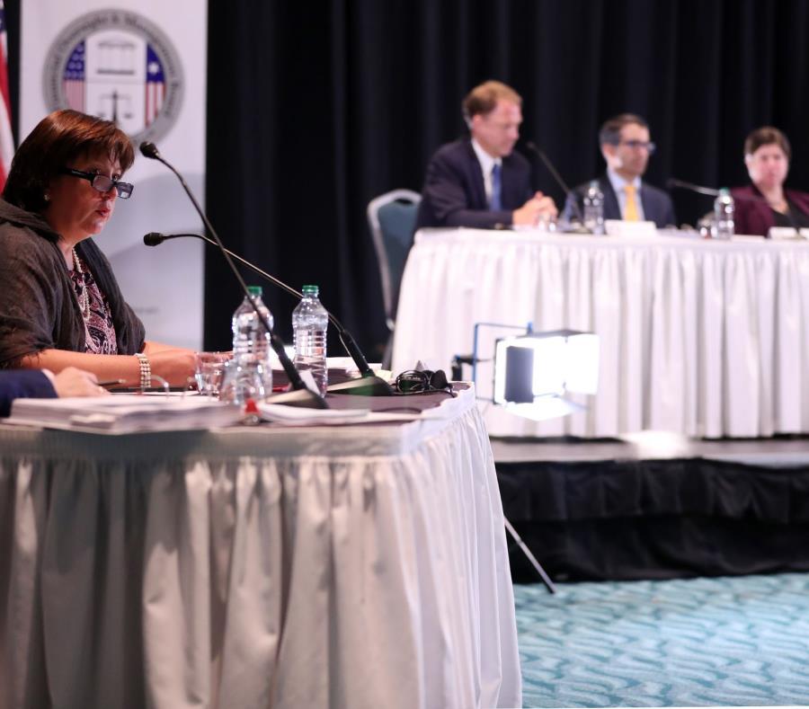A la izquierda, Natalie Jaresko, directora ejecutiva de la Junta, y al fondo, varios miembros del ente fiscal. (GFR Media) (semisquare-x3)