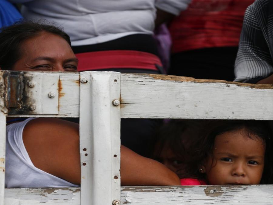 Migrantes viajan en la parte trasera de un camión en Juchitán, en el estado de Oaxaca, México (semisquare-x3)