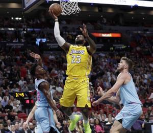 Los Lakers acaban con el invicto local del Heat