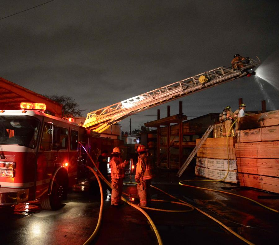 La falta de recursos pone en riesgo tanto la seguridad de los bomberos como de la ciudadanía. (semisquare-x3)