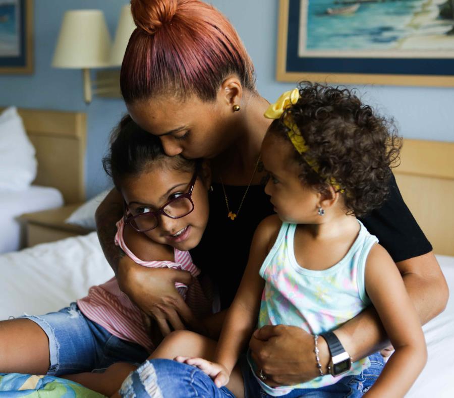 Vilmary Rosado, de Bayamón, llegó con sus dos hijas de 2 y 8 años a Florida tras el huracán María y es una beneficiaria del programa de asistencia temporal de vivienda de FEMA. (semisquare-x3)