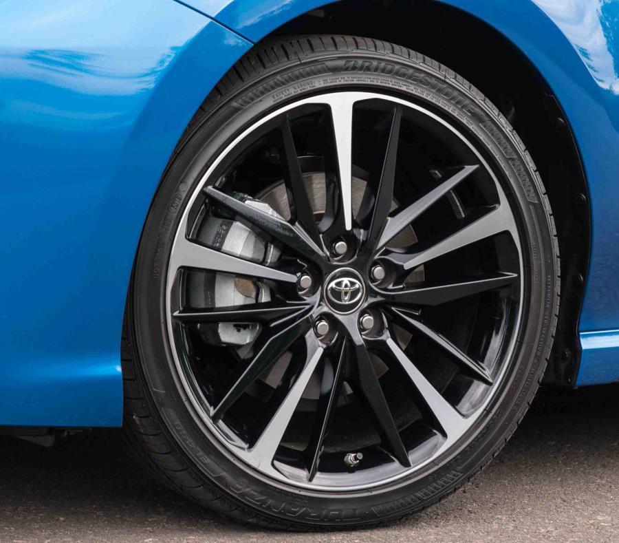 """Durante los meses de septiembre y octubre, y sólo en los centros de servicio autorizados Toyota, el cliente recibirá gratis la inspección de frenos y $20 de descuento en la compra e instalación de """"pads"""" de frenos originales Toyota. (semisquare-x3)"""